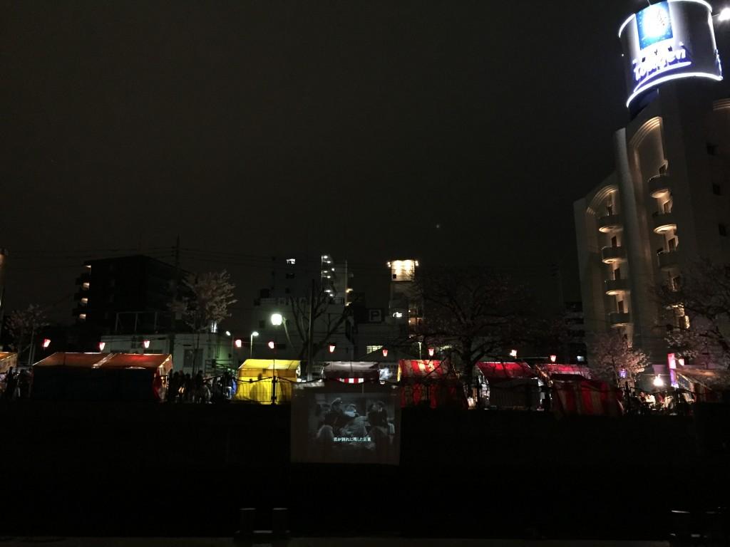 1日目は『懐しの歌合戦』を上映。夜桜と屋台とホテル桃玄とともに。