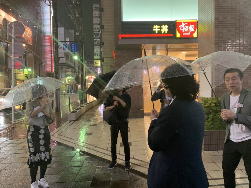 最強台風にビニール傘で立ち向かい、意地で二次会へ向かう
